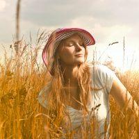 1---PSICOTERAPIA--donna-con-cappello-pexels-andrea-piacquadio